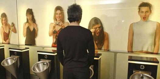 Une webcam dans les toilettes des femmes 490toi10