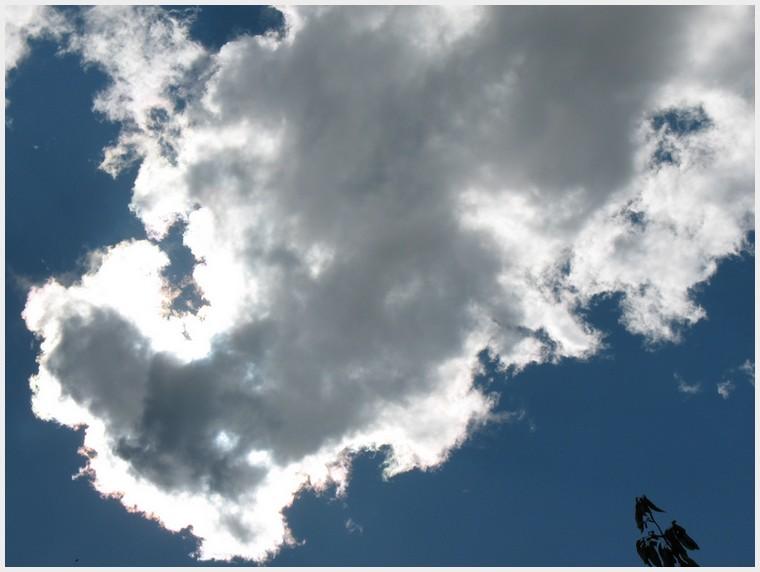 A travers les vitres d'une voiture et nuages Img_2810