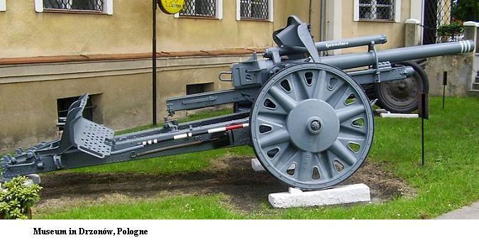 10.5 cm leichte FeldHaubitze 18 800px-24
