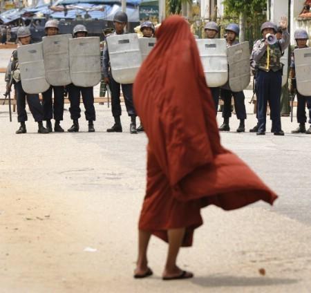 MYANMAR • La junte ne fait confiance qu'aux astres ! 41982410