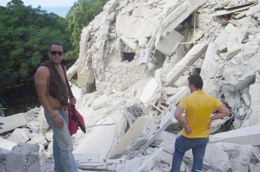Un român, printre ruinele din Haiti Haiti210
