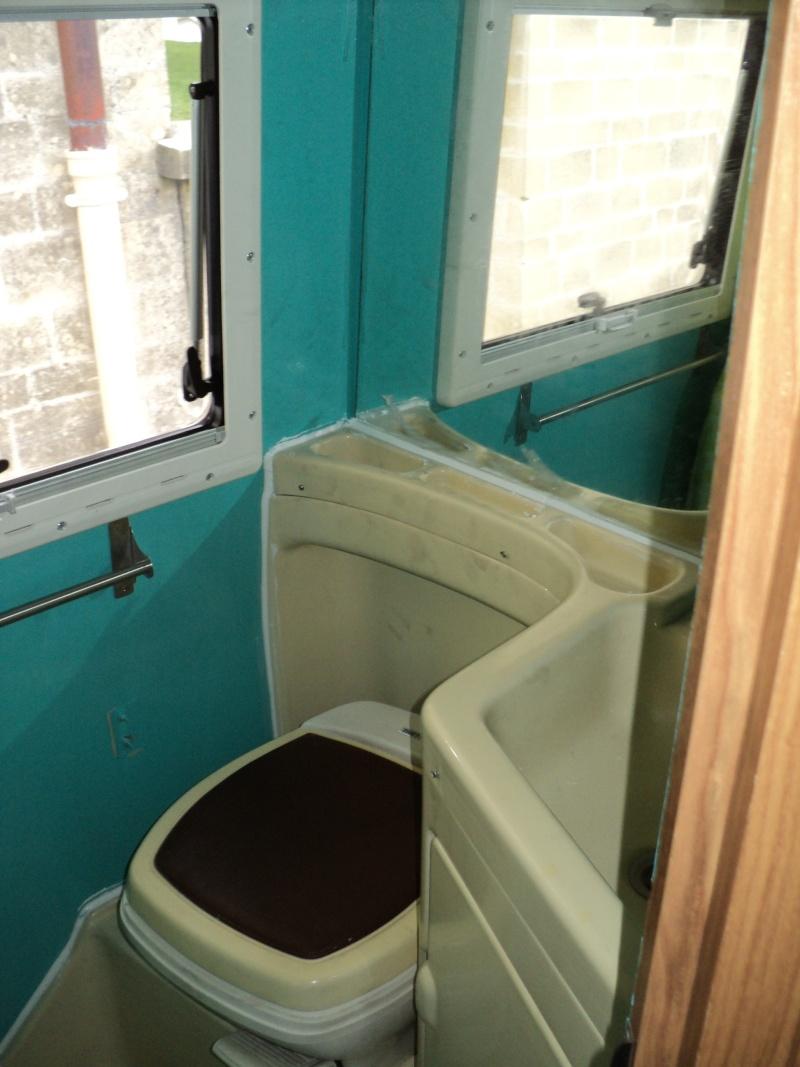 réparation bac douche et installation fixe d'un coffre Dsc00711
