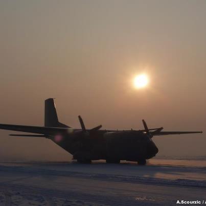 Le Transall, sur la neige, s'apprête à décoller. Transa10