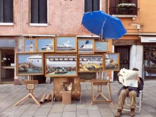 A Venezia un transatlantico si scontra con battello Banksy11