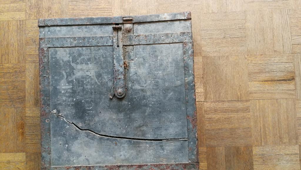 Brocante dominicale n°25: caisse Hotchkiss, plaque de ceinturon, billets .... Img_2040