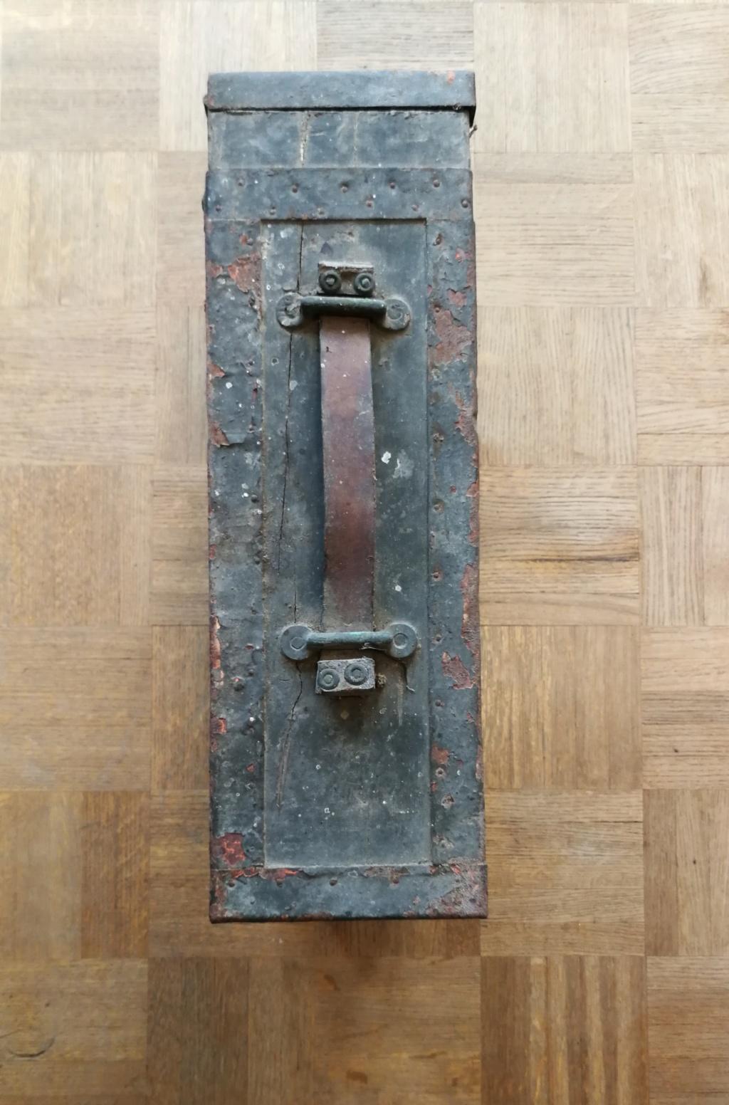 Brocante dominicale n°25: caisse Hotchkiss, plaque de ceinturon, billets .... Img_2041
