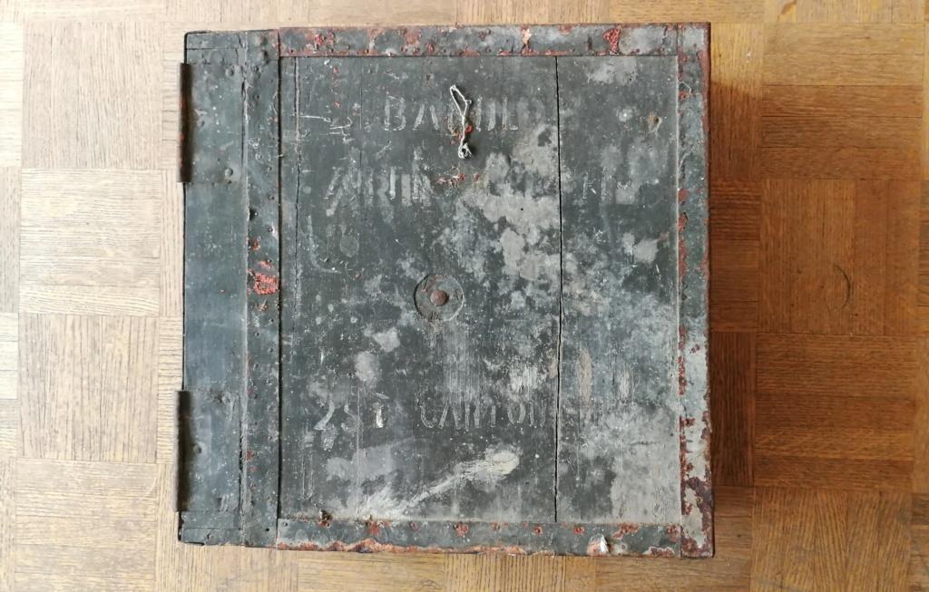 Brocante dominicale n°25: caisse Hotchkiss, plaque de ceinturon, billets .... Img_2049