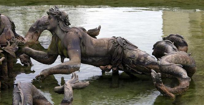 La sirène à Versailles, monstre hybride et dangereux 17-54711