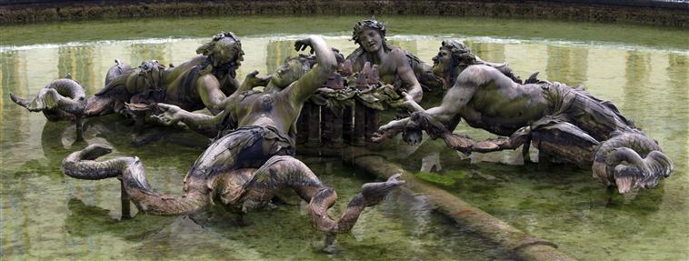 La sirène à Versailles, monstre hybride et dangereux 17-54715