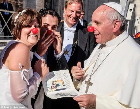 Non, l'Église Catholique ne condamne pas le rire ! Papeme10