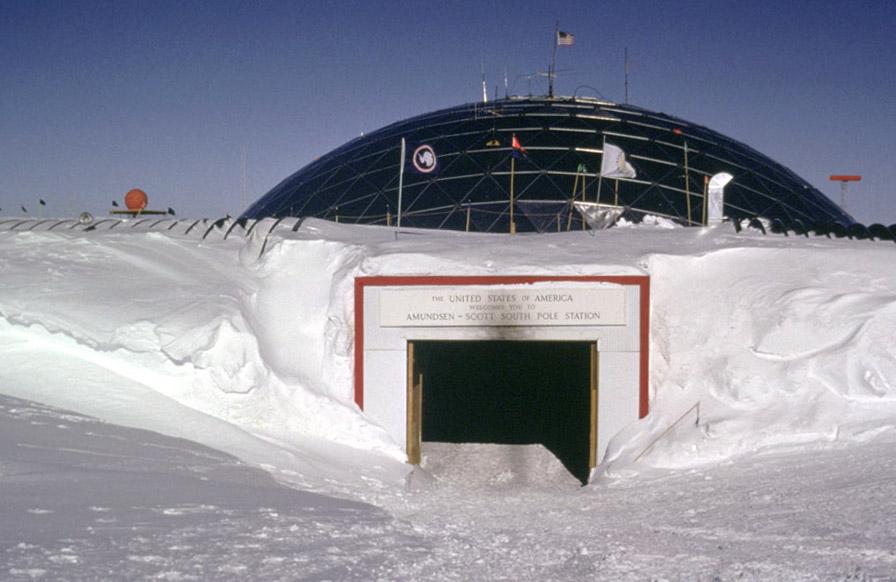 Baza americana din Antarctica situata exact deasupra Polului Sud. Amunds10