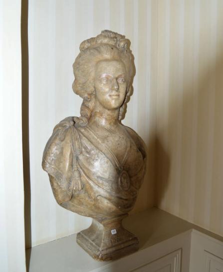 A vendre: bustes Marie Antoinette - Page 10 Zzzz211
