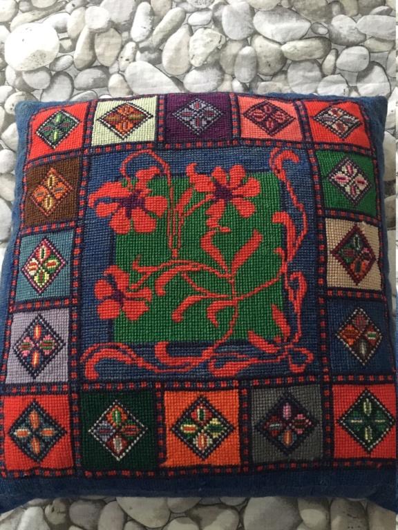 Tapis laine broderie sur canevas XXème 410