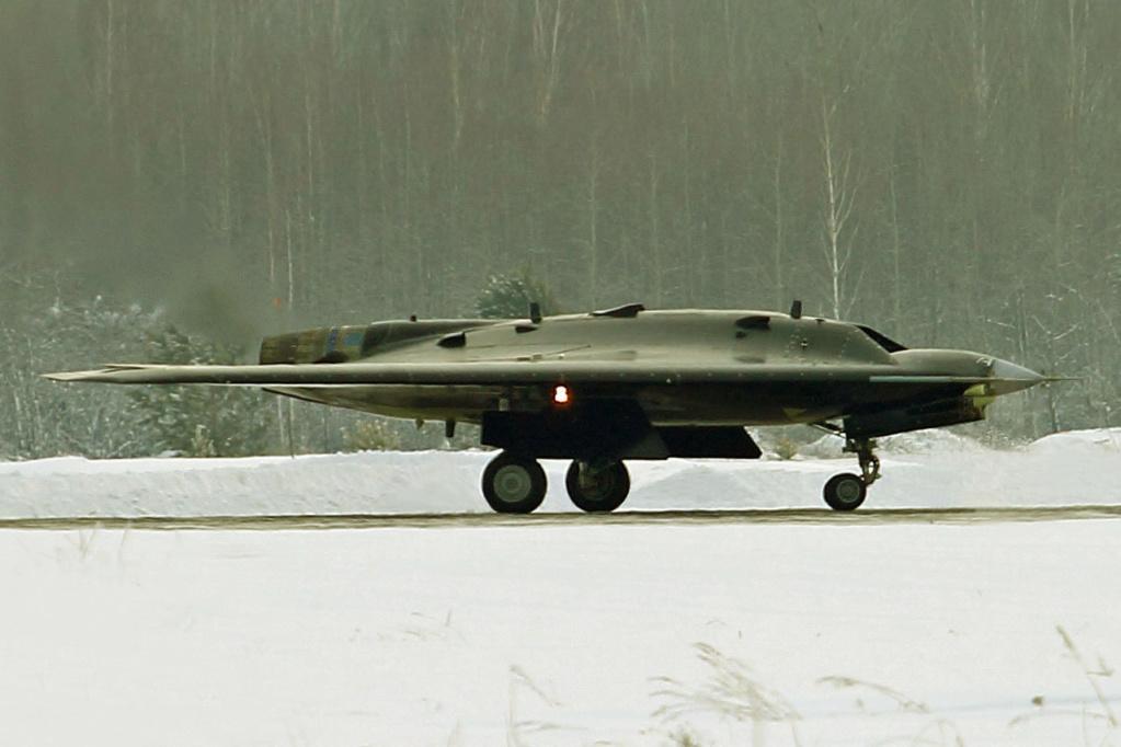 """S-70 """"Okhotnik"""" UCAV - Page 3 001214"""