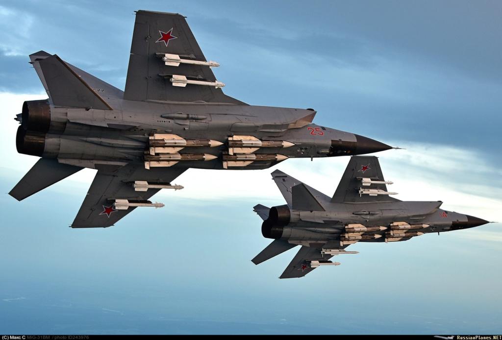 Um par de MiG-31 armados com os mortíferos mísseis ar-ar R-33 sob a fuselagem