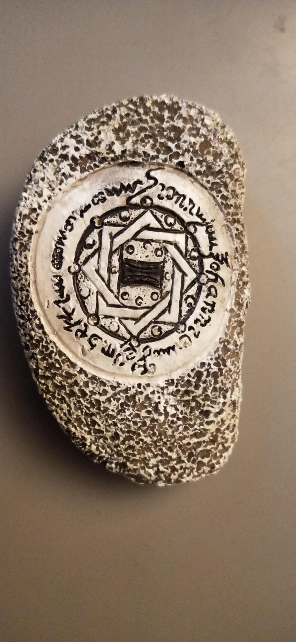 Galet mystérieux inscription en  langue étrangère 15744311