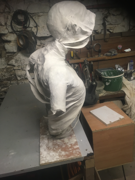 Finition d'une sculpture en platre B10