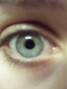 vos yeux! ( attention âmes sensibles: oeil en gros plan ^^) P4250010