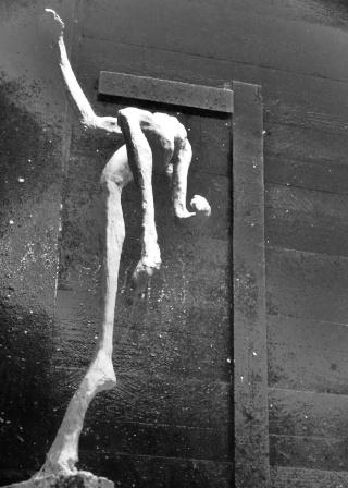 un homme qui tombe (plâtre) Decemb13
