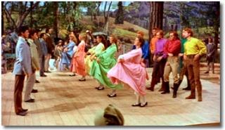 Traverser la rue en dansant et chantant (comédies musicales) Seven310