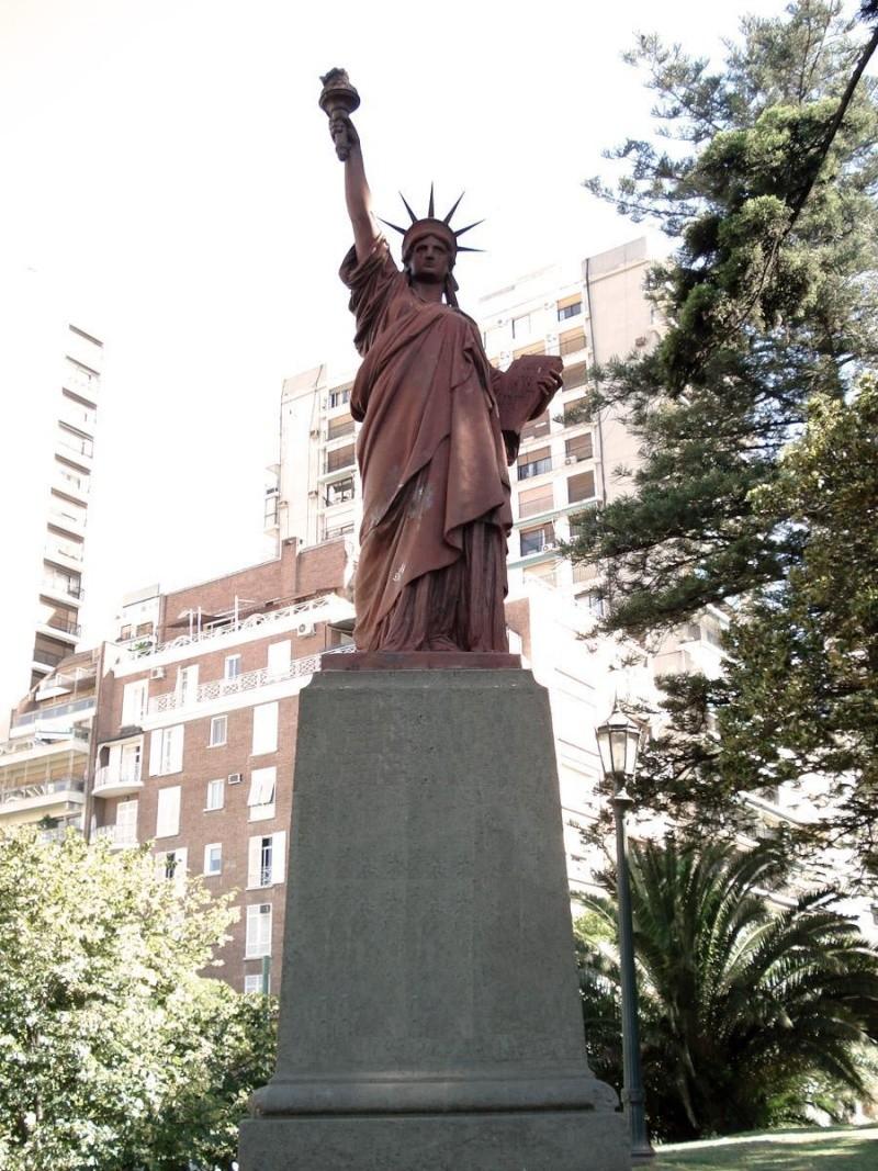 Statue de la Liberté = les répliques découvertes grâce à Google Earth - Page 3 Baranc10