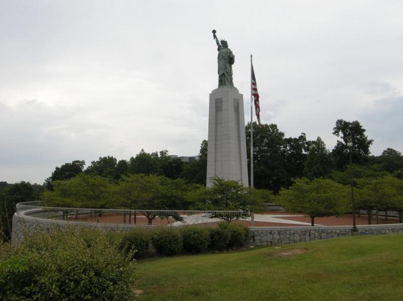 Statue de la Liberté = les répliques découvertes grâce à Google Earth - Page 3 Birmin11