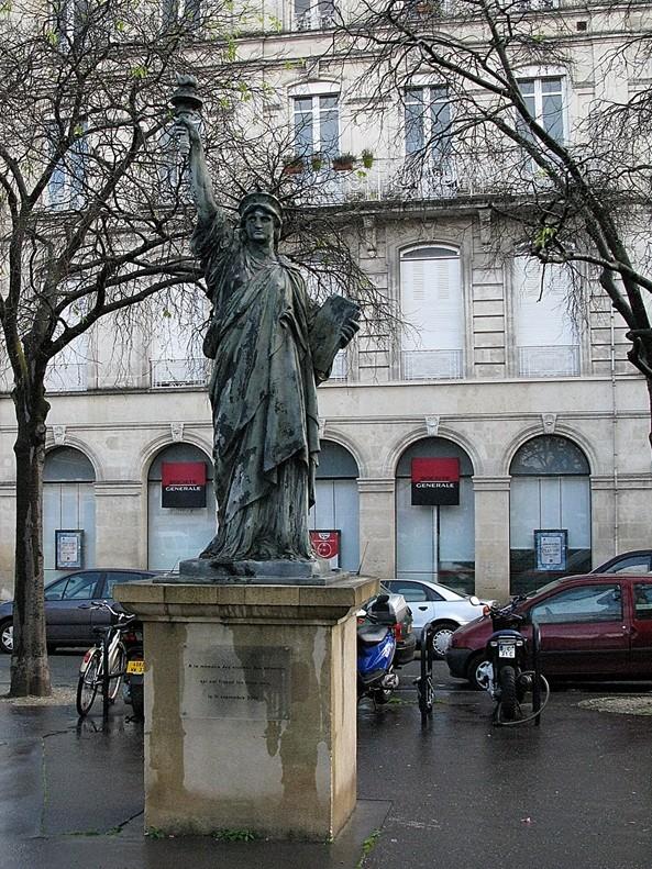 Statue de la Liberté = les répliques découvertes grâce à Google Earth - Page 2 Bordea10