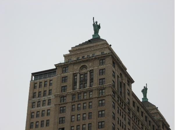 Statue de la Liberté = les répliques découvertes grâce à Google Earth - Page 3 Buffal11