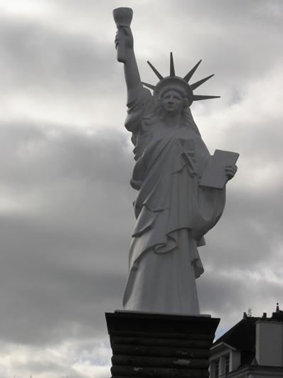 Statue de la Liberté = les répliques découvertes grâce à Google Earth - Page 2 Gourin10