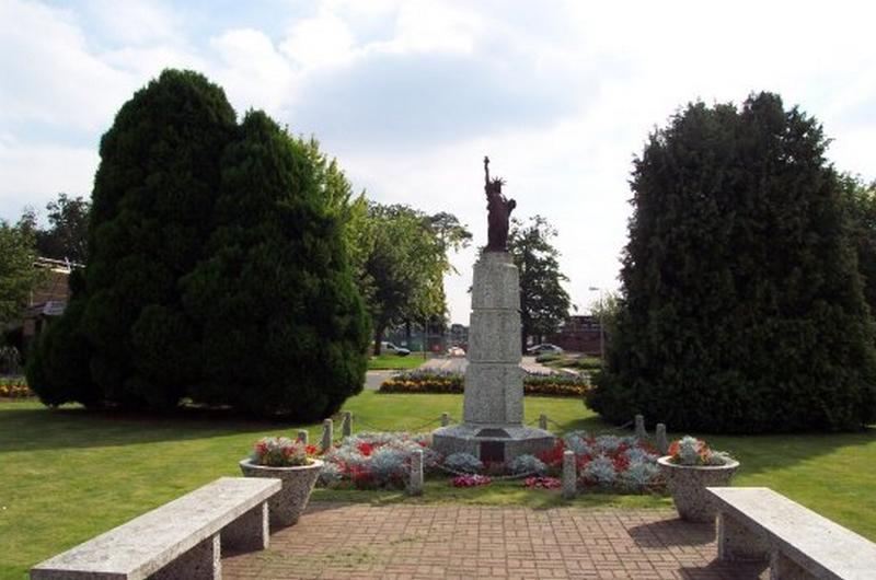 Statue de la Liberté = les répliques découvertes grâce à Google Earth - Page 2 Lakenh11
