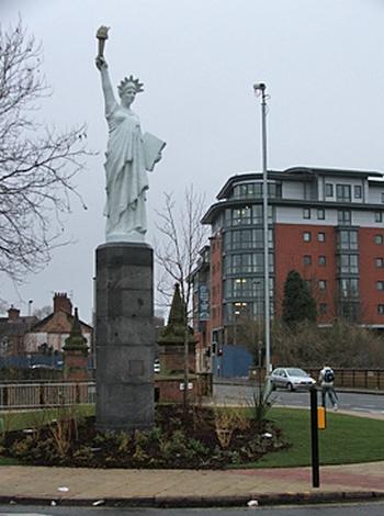 Statue de la Liberté = les répliques découvertes grâce à Google Earth - Page 2 Leices11