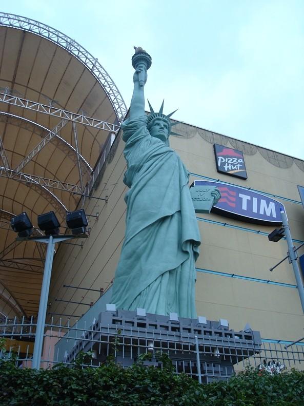 Statue de la Liberté = les répliques découvertes grâce à Google Earth - Page 2 Rio210