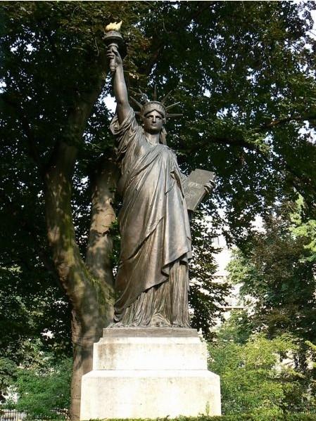 Statue de la Liberté = les répliques découvertes grâce à Google Earth Slluxe10