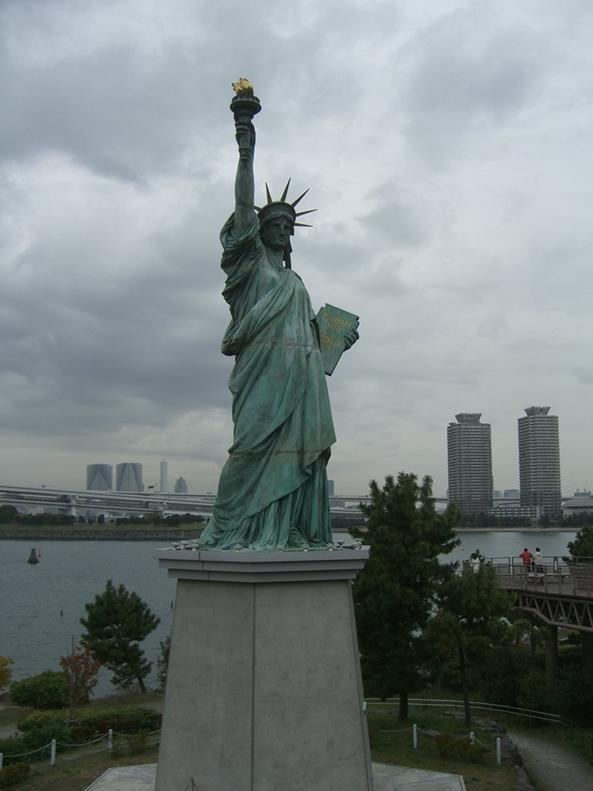 Statue de la Liberté = les répliques découvertes grâce à Google Earth - Page 2 Tokyo210