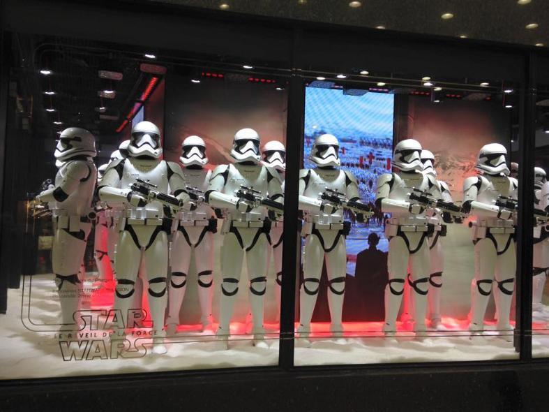 Star Wars envahit les vitrines des Galeries Lafayette  Galeri22