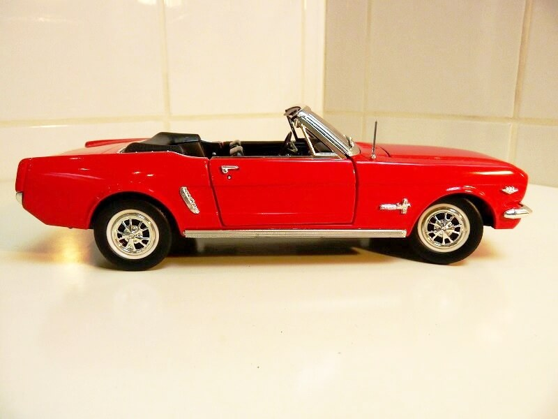 Ford Mustang Cabriolet 1/2 - 1964 - Solido 1/18 ème Ford_m12