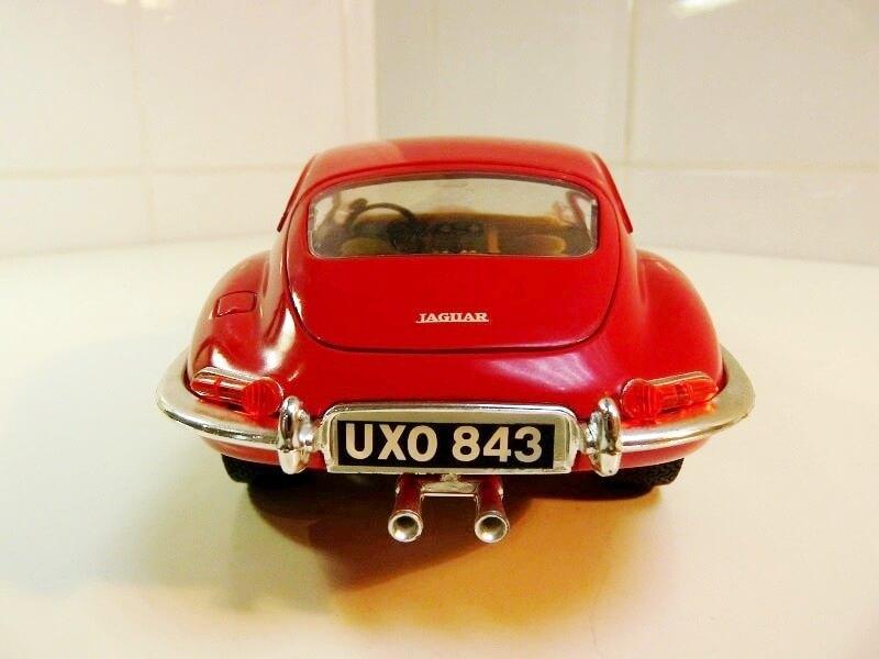Jaguar Type E Coupé rouge - 1961 - BBurago 1/18 ème Jte_cr15