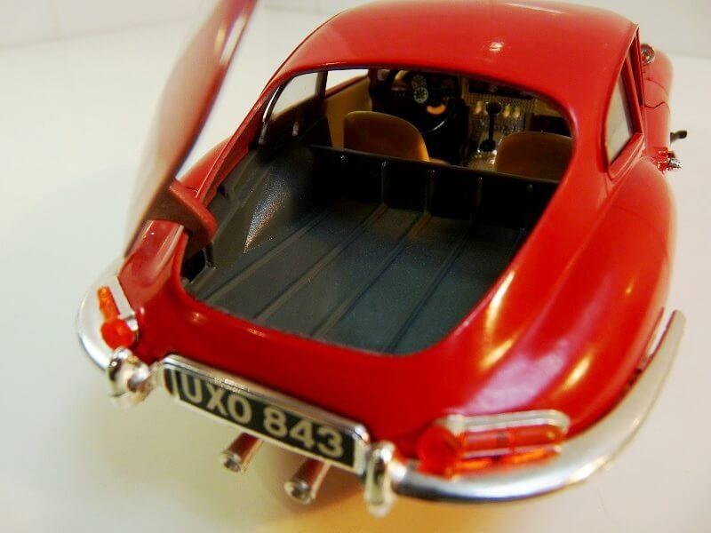 Jaguar Type E Coupé rouge - 1961 - BBurago 1/18 ème Jte_cr16
