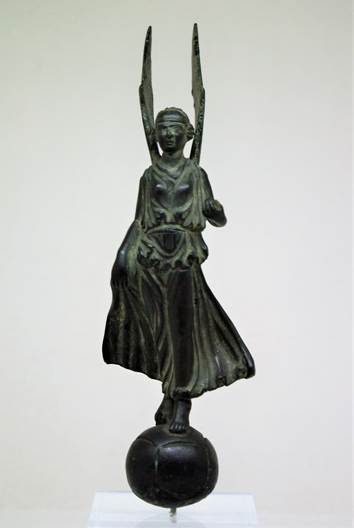 Image du triomphe au IIIe siècle, la Victoire sur un globe.  Imgp5310