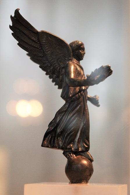 Image du triomphe au IIIe siècle, la Victoire sur un globe.  Imgp7510