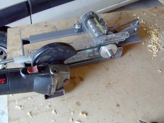 La machine à fabriquer des pales d'hélicos, des bords de fuites, d'attaque ..... Imag0079