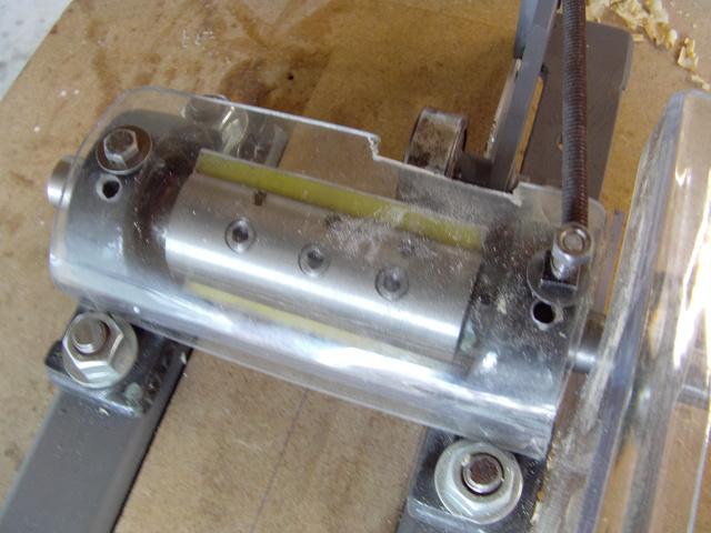 La machine à fabriquer des pales d'hélicos, des bords de fuites, d'attaque ..... Imag0080