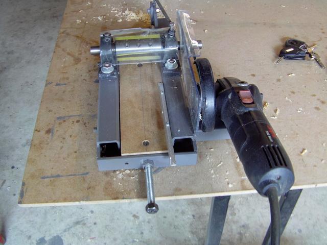 La machine à fabriquer des pales d'hélicos, des bords de fuites, d'attaque ..... Imag0081