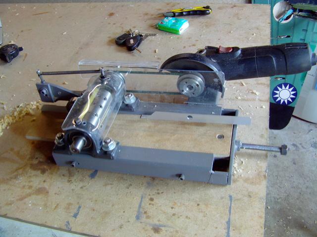 La machine à fabriquer des pales d'hélicos, des bords de fuites, d'attaque ..... Imag0082