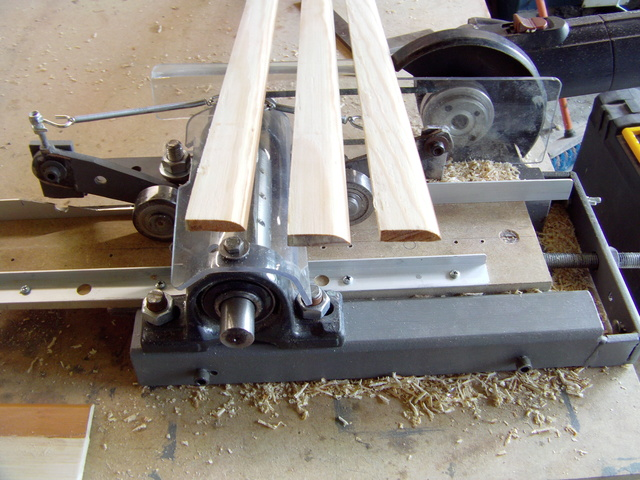 La machine à fabriquer des pales d'hélicos, des bords de fuites, d'attaque ..... Imag0120