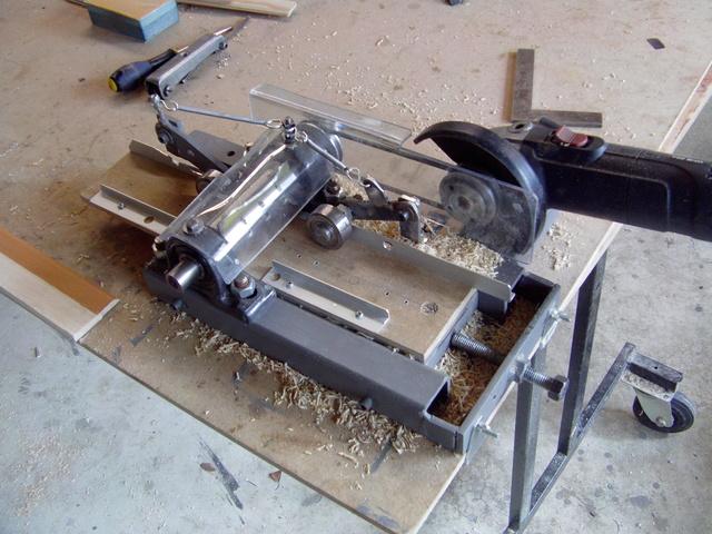 La machine à fabriquer des pales d'hélicos, des bords de fuites, d'attaque ..... Imag0121