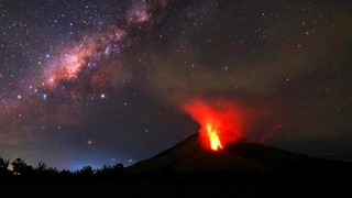 Vulkaan op Sumatra spuugt kilometers hoge as  112
