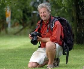 Fotograaf beroemdste aap-foto zit aan de grond Davd10