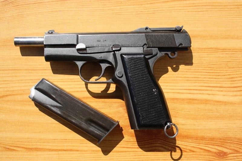 Pistolet  Browning GP No1 MK I* de fabrication canadienne et la crosse en bois Img_4530