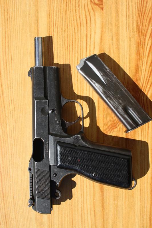 Pistolet  Browning GP No1 MK I* de fabrication canadienne et la crosse en bois Img_4533